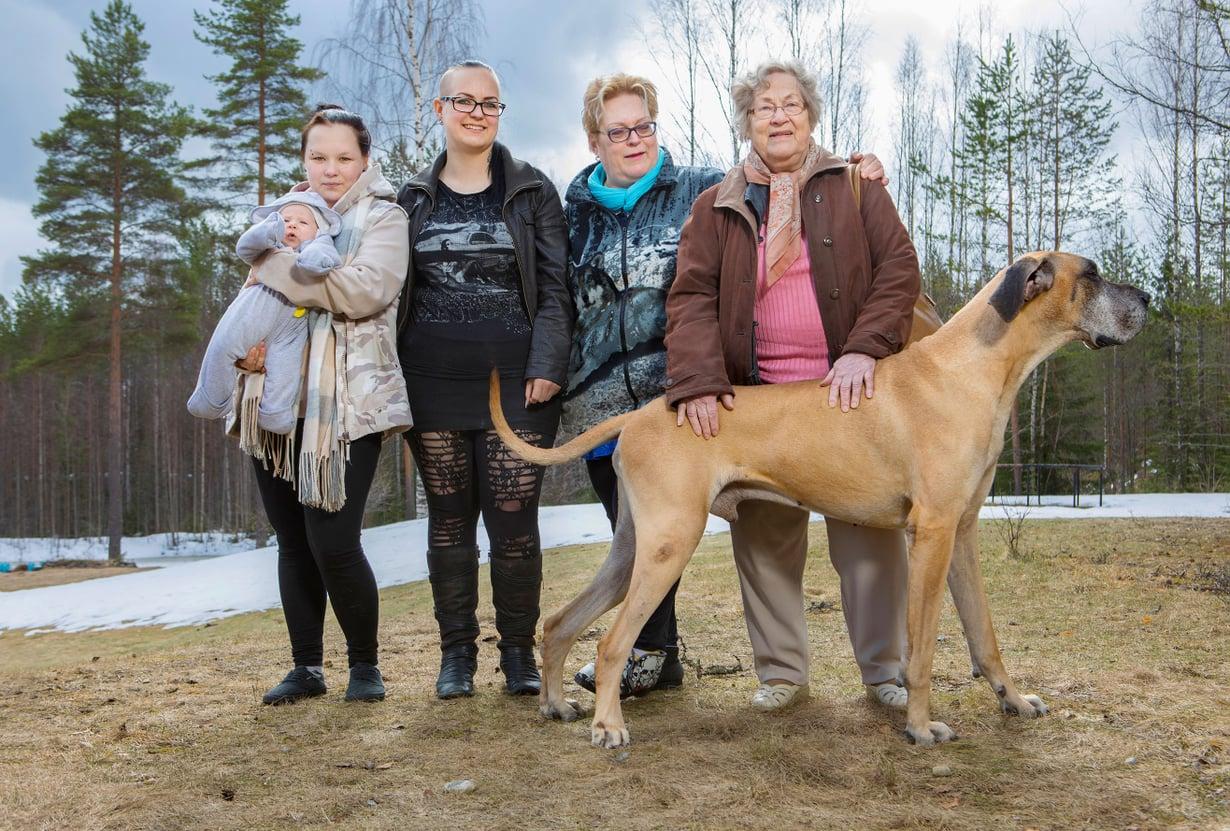 Jättimummo Katri Riekkinen (oik.), 88, isomummo Helena Riekkinen, 61, mummo Veera Riekkinen,33, äiti Satu Riekkinen, 17, ja Sasu-vauva. Kuvat: Petri Blomqvist
