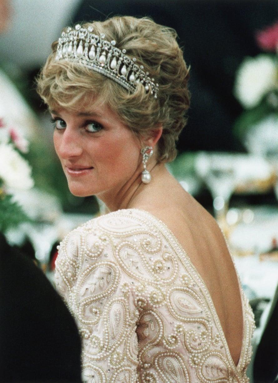 Dianan nimikkotyyli oli lyhyt kampaus yhdistettynä näyttäviin korvakoruihin.