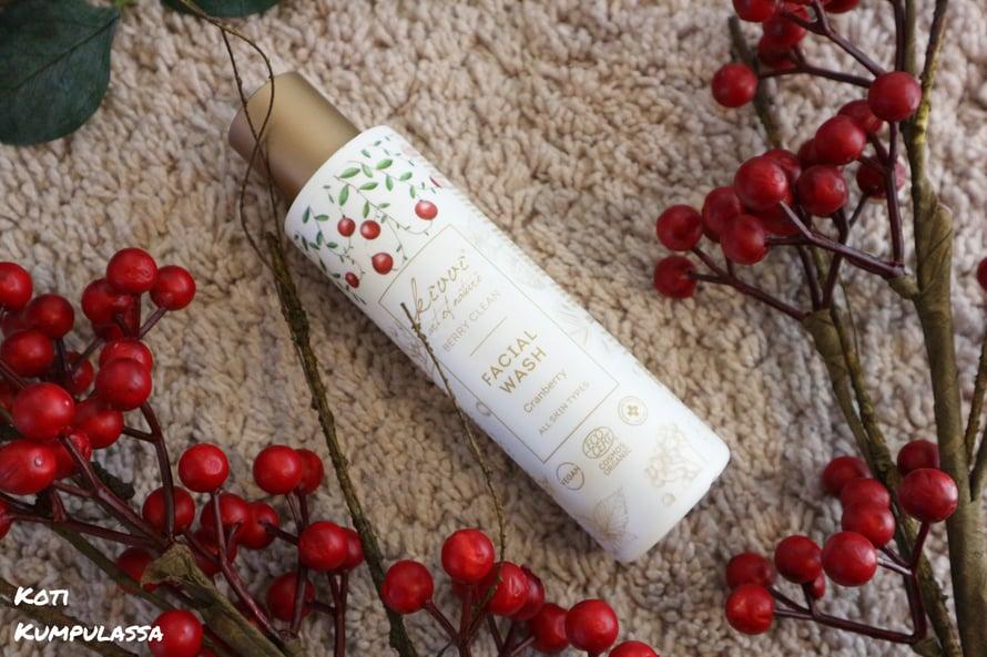 Berry Clean Facial Wash Cranberry kasvojen puhdistusaine* puhdistaa kasvot hellävaraisesti.