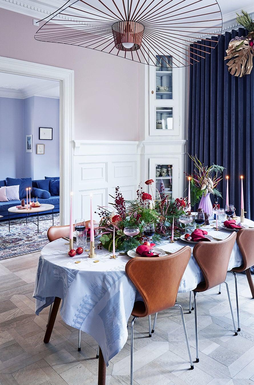 """Valtava kukka-asetelma toimii joulupöydän katseenvangitsijana. Kuva: <span class=""""photographer"""">Martin Sølyst / Living Inside</span>"""