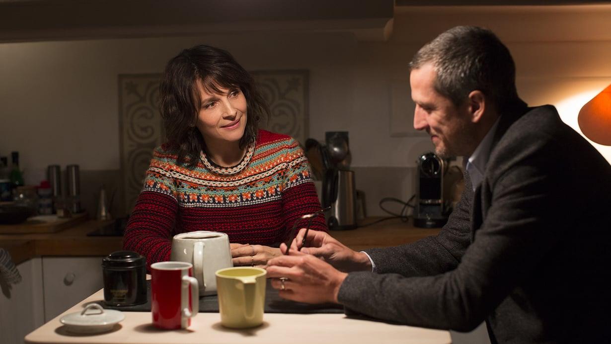 Kustannustoimittaja Alain (Guillaume Ganet) joutuu lukemaan paljastusteoksen näyttelijävaimonsa Selenan (Juliette Binoche) suhteesta. Kuva: Kinghill