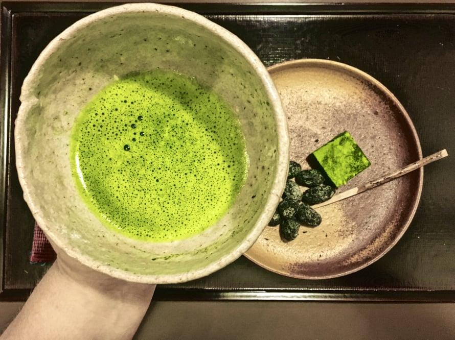 Matcha nautitaan jättimäisestä kupista ja sen kanssa tulee usein pieniä japanilaisia makeisia, kuten sokeroituja papuja. Tässä lautasella on myös teehuoneen omaa matchasuklaata.