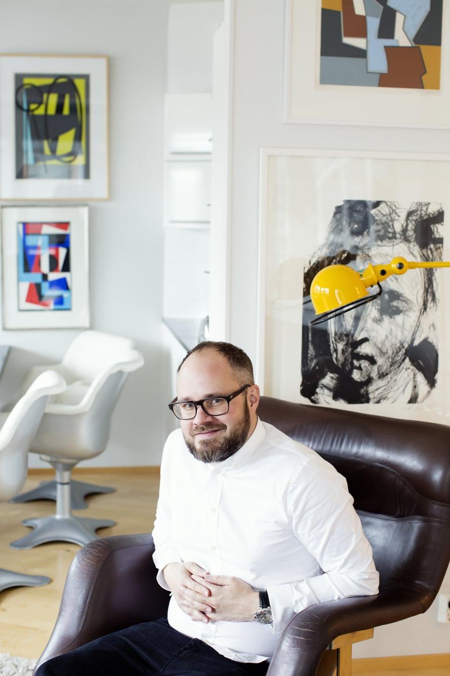 """Karuselli-tuoli on Tuomaksen suosikkilukupaikka. Kuva: <span class=""""photographer"""">Pia Inberg</span>"""