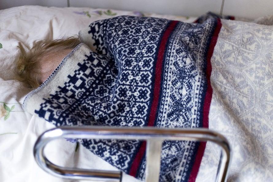"""""""Kotona mummi on kuntoutunut sen verran, että pääsee siirtymään sängystä pyörätuoliin. Laitoksessa hän luultavasti vain makaisi"""", Johanna sanoo."""