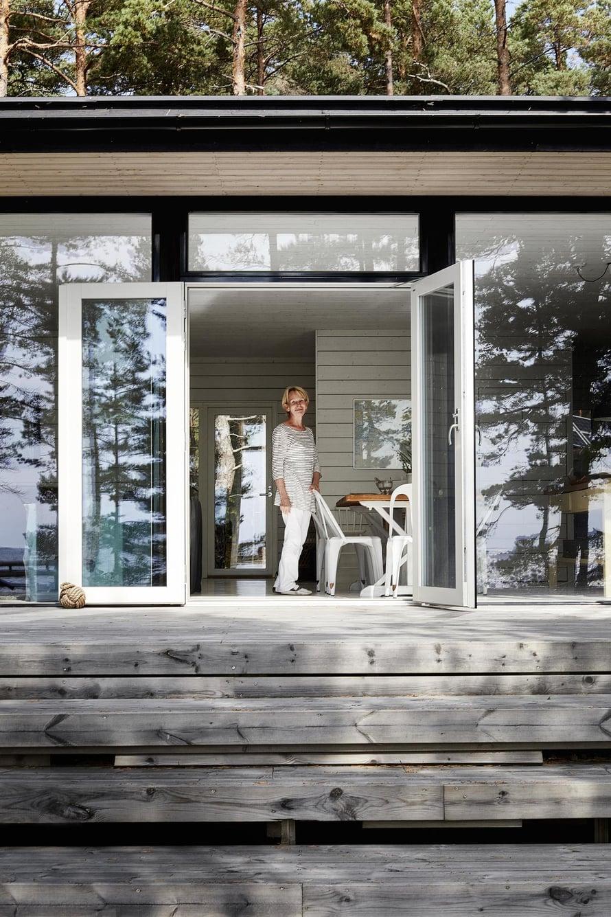Arja Haraldin talon merenpuoleinen seinä on ikkunaa, ja lasiovet yhdistävät sisä- ja ulkotilan.