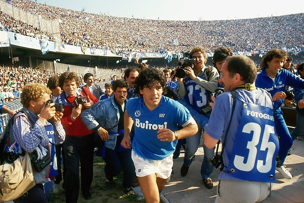 Kuinka teini-ikäisestä Buenos Airesin slummissa kasvaneesta pojasta tuli koko maailman palvoma jalkapallojumala?