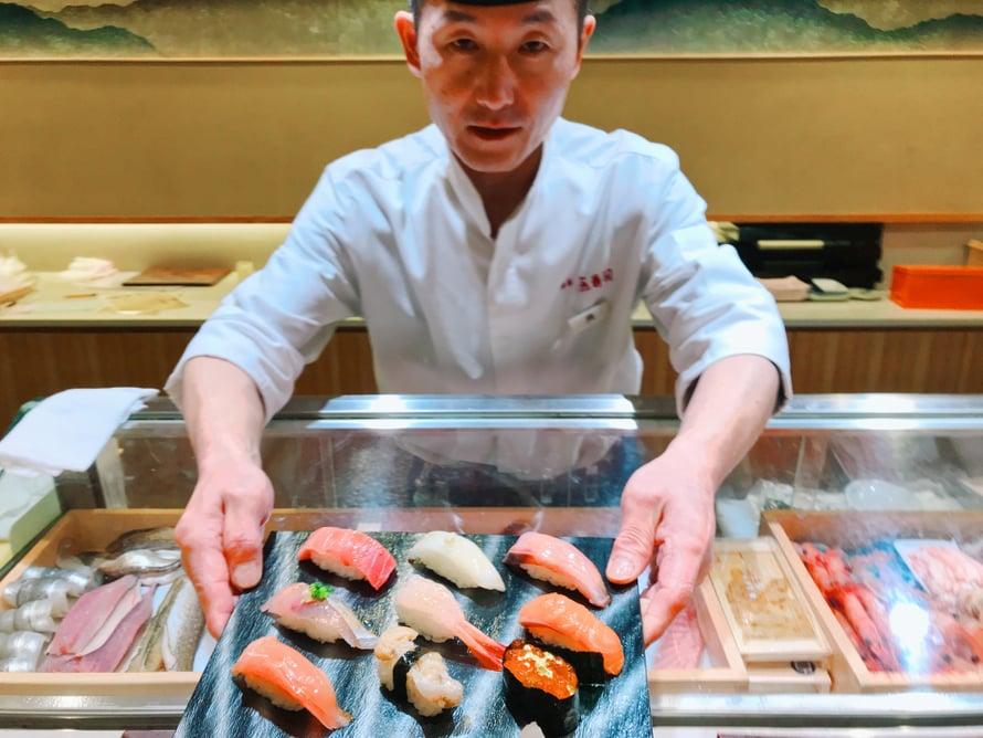 Tämä kanazawalainen sushimestari kysyi etukäteen, saako hän laittaa wasabia, jota on kalan ja riisin välissä. Kullasta ei puhuttu mitään.