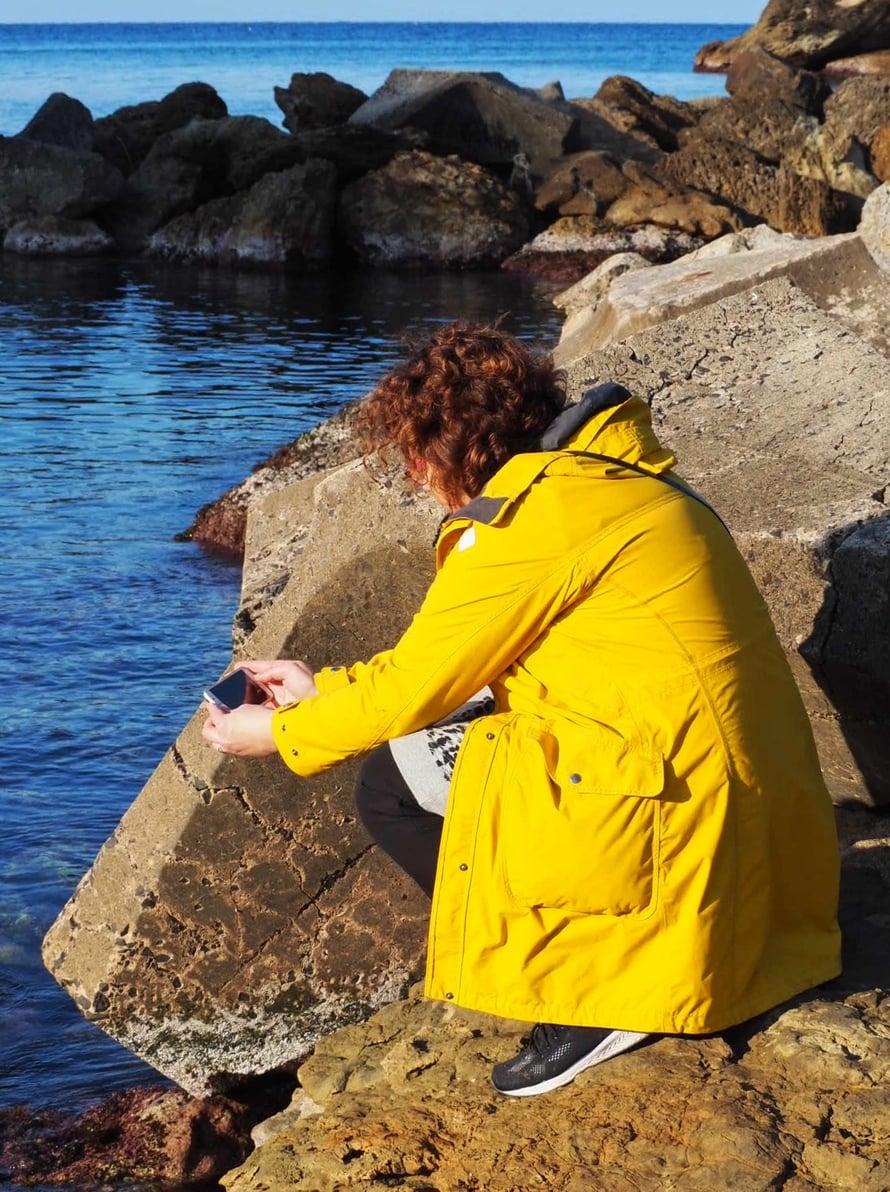 Mitäköhän Anna-Kaisa on löytänyt Hison kallioilta?
