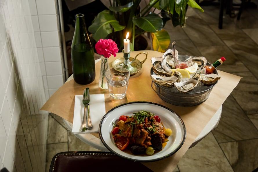Kanavarannan Holiday on parhaimmillaan kesällä, jolloin ravintolan terassi hohkaa lomatunnelmaa. Kuva: Sanoma-arkisto