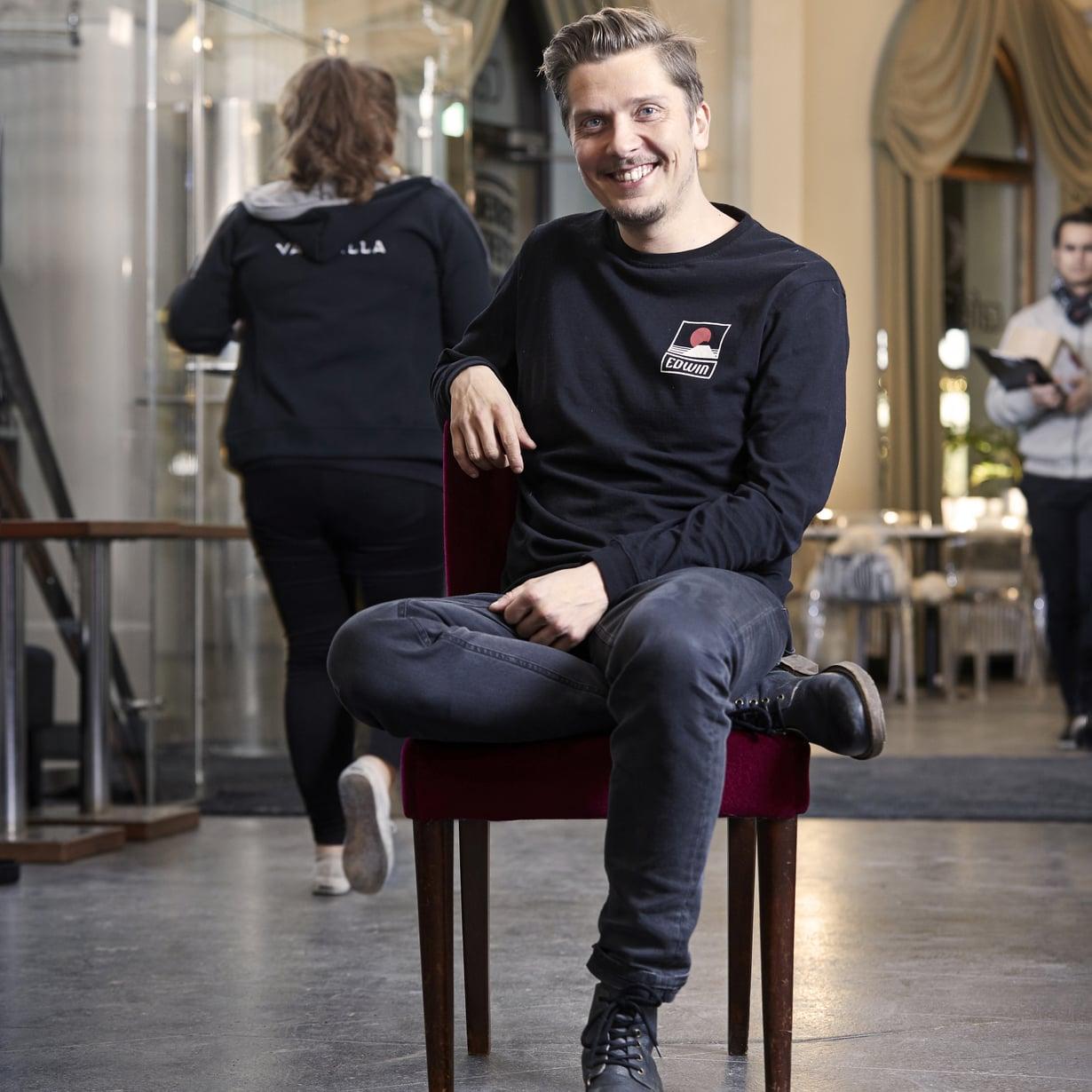 Eero Ritala rakastaa kahvia ja juo sitä jopa 15 kuppia päivässä. Kuva: Juha Salminen