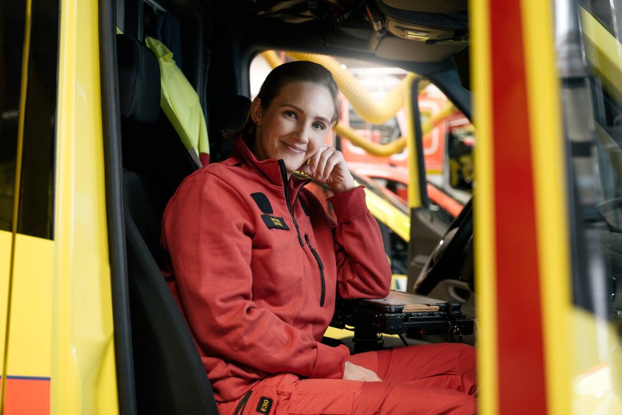 Ensihoitaja Laura Carsten työskentelee Länsi-Uudenmaan pelastuslaitoksen ambulanssissa.