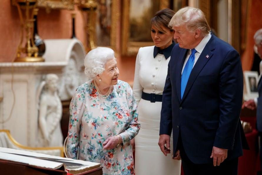 Kuningatar Elisabet II, presidentti Donald Trump ja presidentin puoliso Melania Trump.