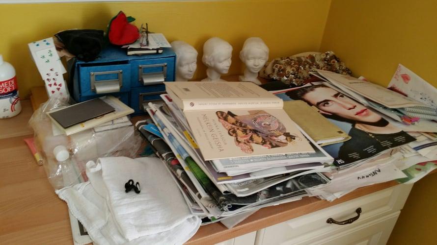 Sängyn viereen pöydälle mahtuvat vuoden lehdet, sideharso, isän rippikuva, käsilaukku, viime vuoden kalenteri ja muutama muu asia. Kaikki tietenkin tarpeellisia.
