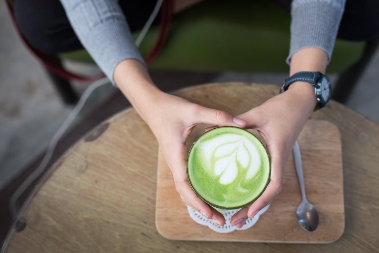 Matcha latte, jossa espresson korvaa matchajauhe, on jo löytänyt tiensä moniin kahviloihin. Kuva: Shutterstock