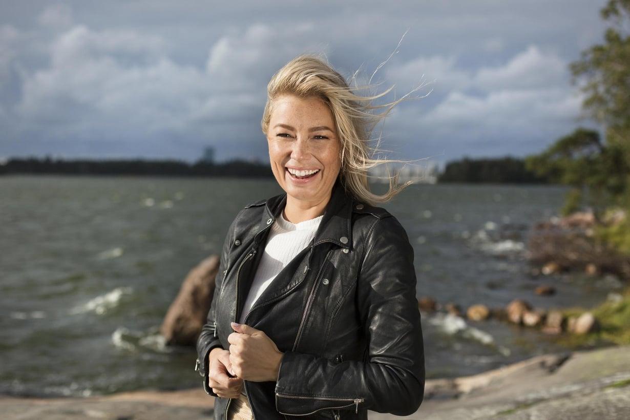 Jenny Helenius särki sydämensä tavoitellessaan Suomen bachelorin Juha Rouvisen suosiota. Nyt Jenny etsii itse rakkautta hänelle valittujen poikamiesten joukosta. Kuva: Milka Alanen