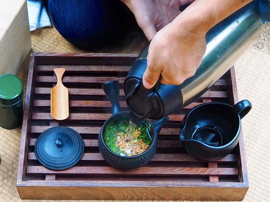 Paahdettua riisiä ja vihreää teetä. Ensin seoksesta saadaan juomaa ja loput voi syödä.