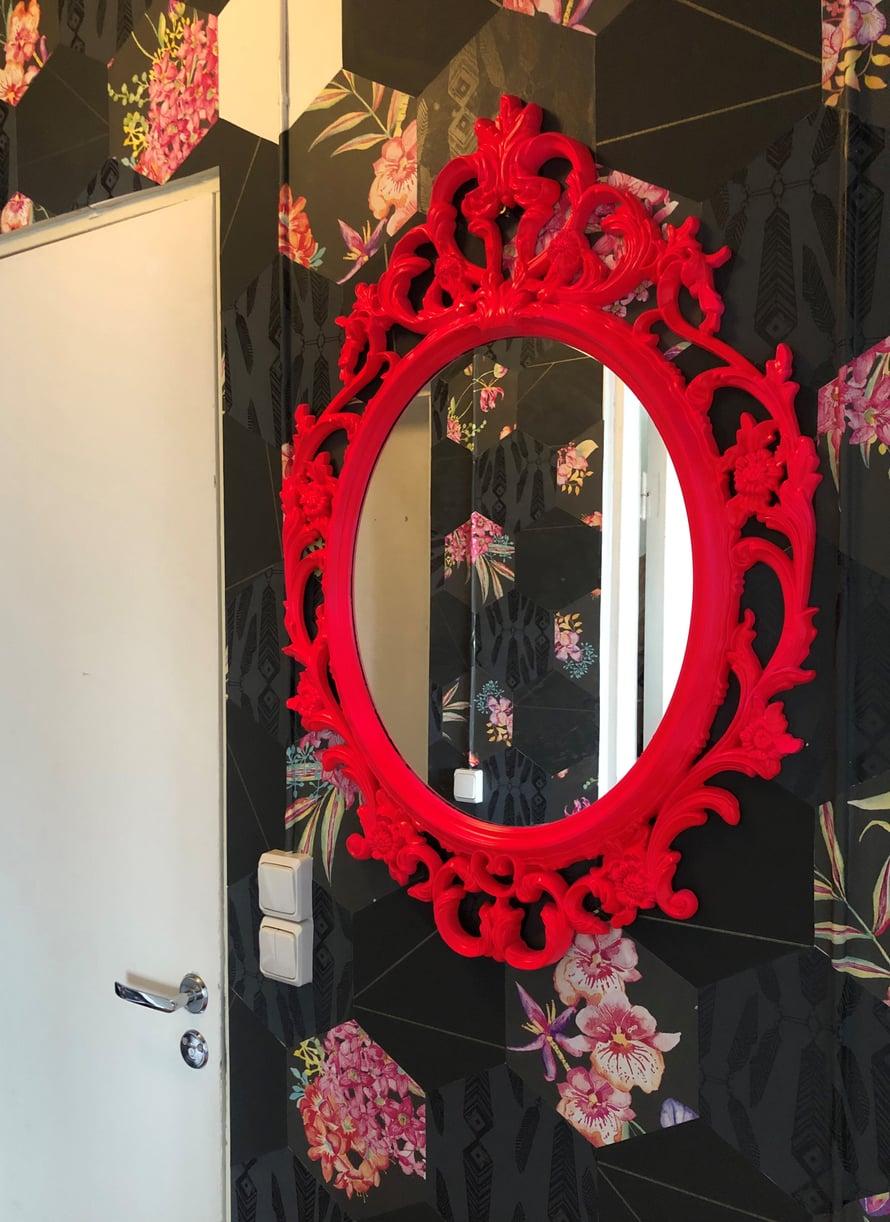 Punainen peili koristaa myös eteistä.