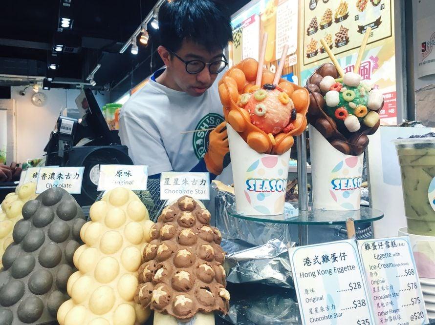 Kuplavohvelitunnelmissa Hongkongissa keväällä 2018. Vohvelit maksavat noin kolme euroa, ja annokset seitsemän euroa.