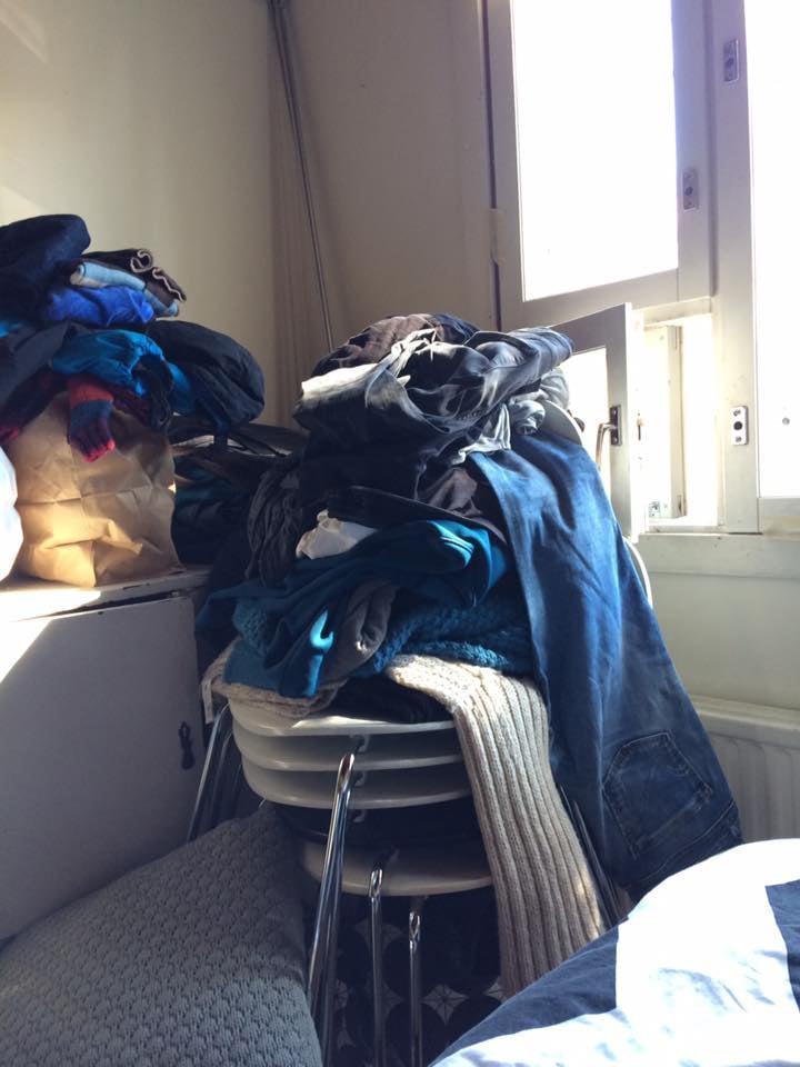 Kaikki tuolit ja vaatteet samassa läjässä.