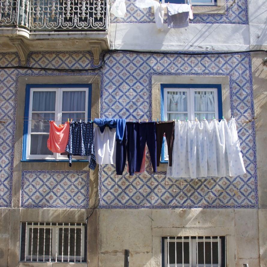 Laattaseinien edessä kuivuvat pyykit ovat yksi Lissabonin kauneuspilkuista.