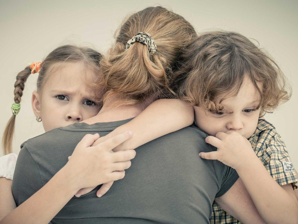16-lapsisen suurperheen äidin Päivin mukaan lestadiolaisvanhempien väsymyksestä on tehty kielletty tunne. Päivi tai hänen perheensä ei esiinny kuvituskuvassa (Shutterstock).