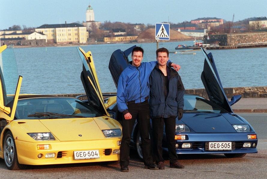 Jaakko ja Antti Rytsölä kuuluisien Lamborghiniensa kanssa vuonna 2000. Kuva: Sanoma-arkisto