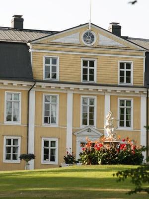 Mustion Linnan puisto Raaseporissa tarjoaa kartanoromantiikkaa.