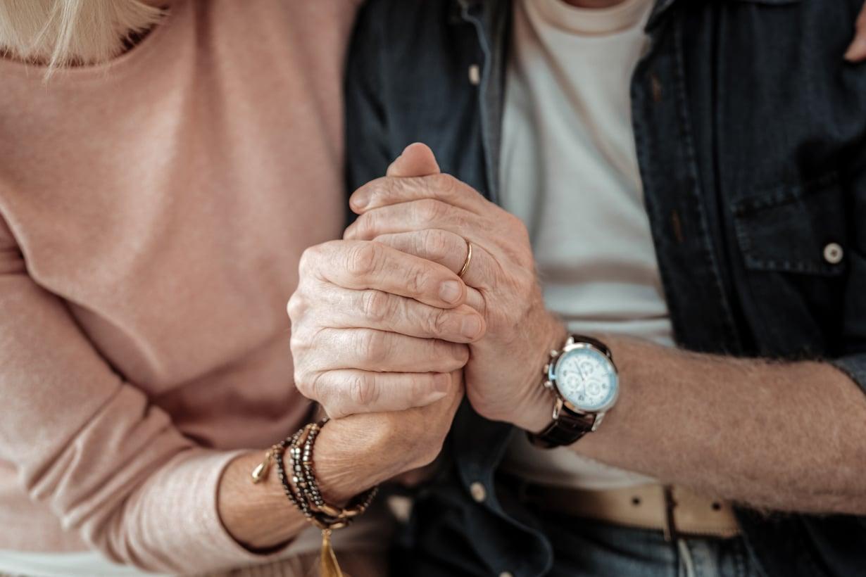 Istutteko käsi kädessä vielä vanhemmalla iällä? Se saattaa riippua siitä, luotatteko suhteenne kestävän.