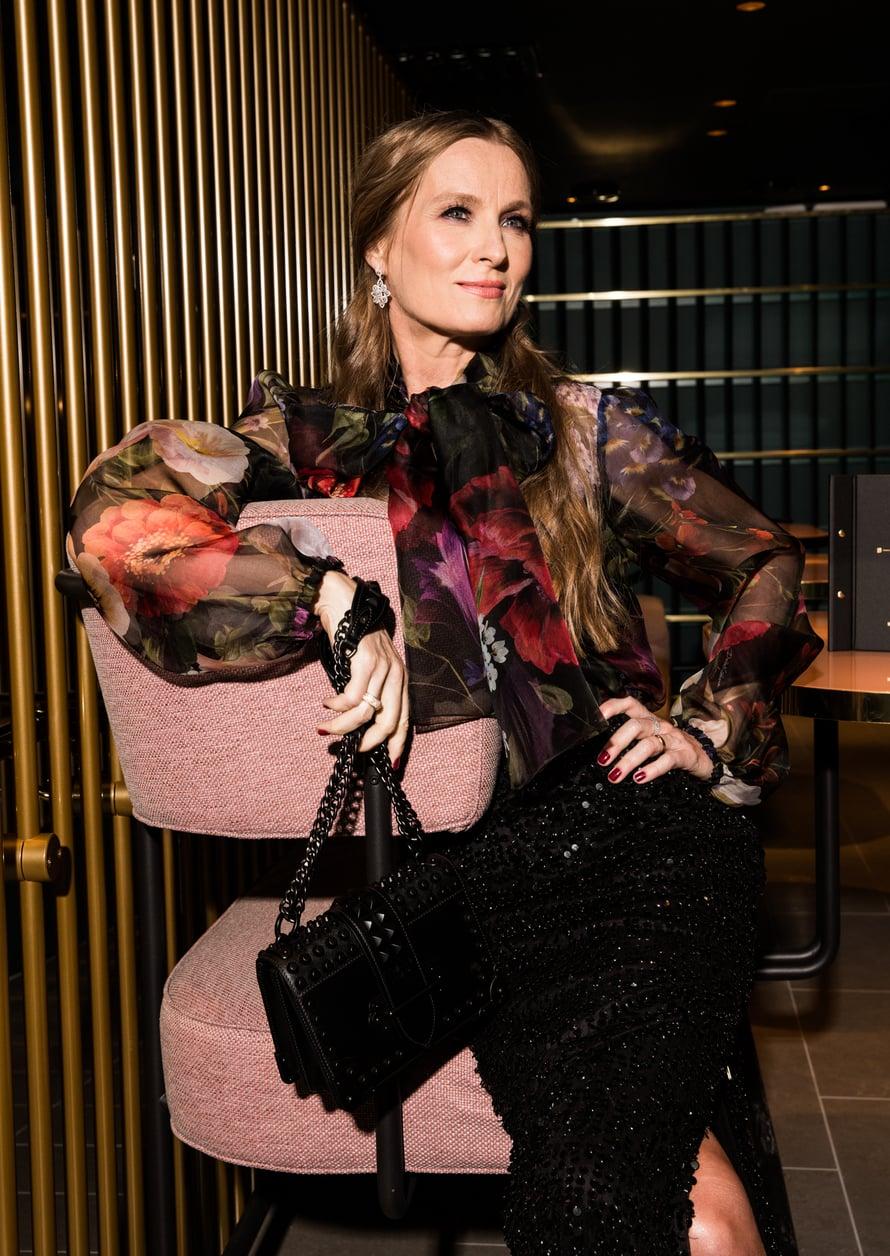 Katja Kallio on yksi elokuun Glorian muotijutun malleista. Dolce & Gabbanan läpikuultava pusero 940e, Della Marga. Pitkä paljettihame 189e, French Connection. Timanttikorvakorut 11 900e ja timanttisormukset 3 400e – 5 800e, Rubens. Pradan laukku 2 600e, Fere.