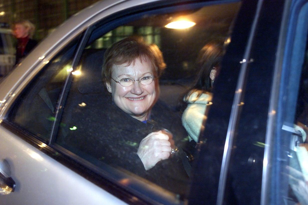 Presidentti Halonen iloisena auton kyydissä vuonna 2000.