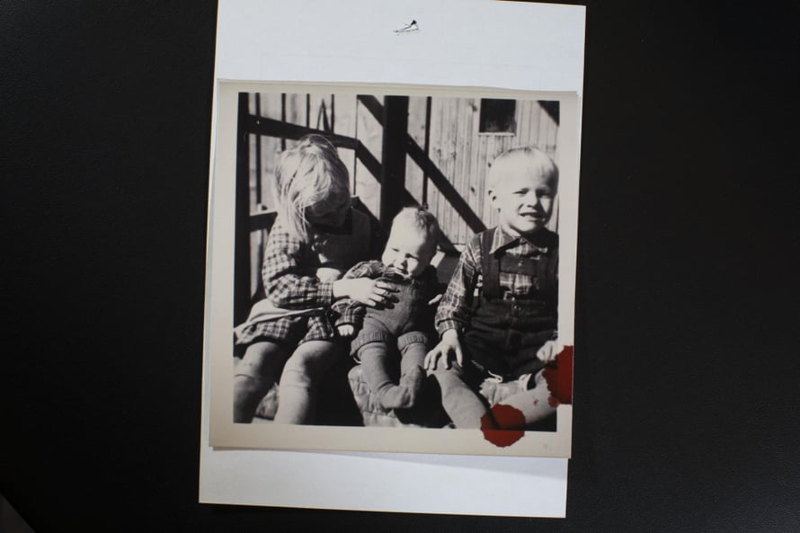 1950-luvulla Virkkalassa. Marja-Leenasta, Juhanista ja Tapiosta tuli tiivis sisaruskolmikko.