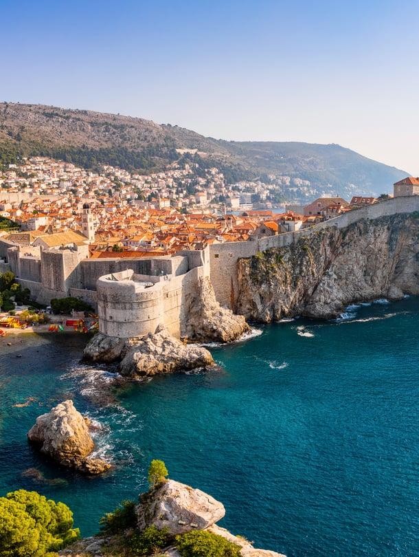 Ilta-auringossa kylpevä Dubrovnikin vanhakaupunki ja turkoosi meri ovat häikäisevä pari.