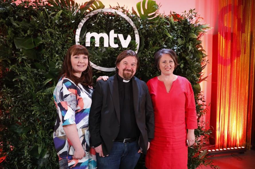 Elina Tanskanen, Kari Kanala ja Marianna Stolbow saattavat pareja yhteen Ensitreffit alttarilla -ohjelman kuudennella kaudella.