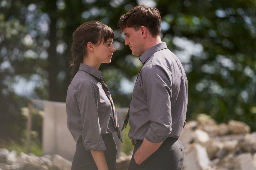 Intohimoisestakin suhteesta voi tulla salainen monesta syystä. Connell on epävarma ja pelkää maineensa puolesta deittaillessaan Mariannea.