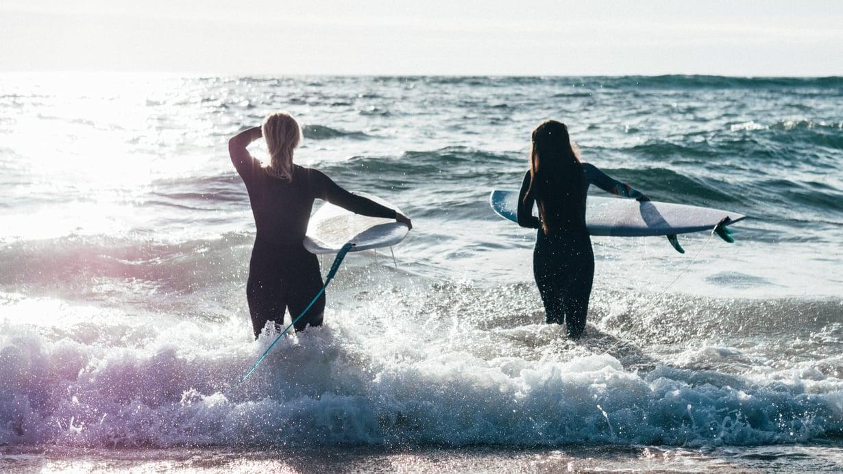 Portugalissa Liisi surffasi ystävänsä Nooran kanssa.