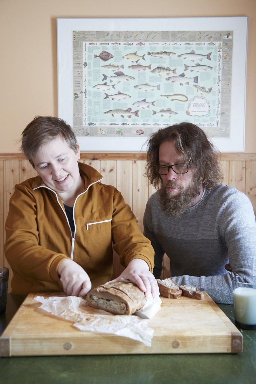 Kahden<ep>kalastajan perheessä syödään paljon kalaruokia. Vierellä puoliso Mika Partanen.