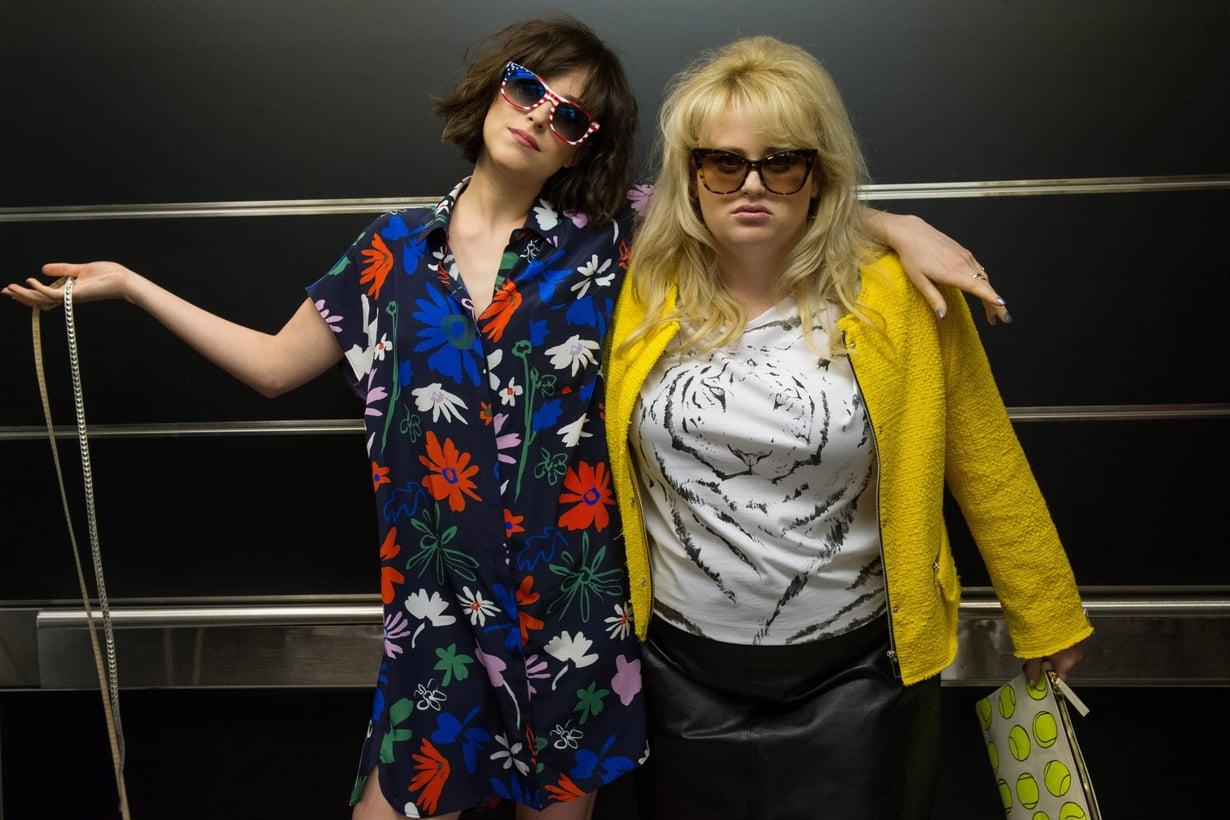 Hulvattomassa How to Be Single -komediassa Alice (vasemmalla, Dakota Johnson) muuttaa suurkaupunkiin viettämään sekopäistä sinkkuelämää. Bestis Robin (Rebel Wilson) opastaa hänet sinkkuuden saloihin. Kuva: Handout / Barry Wetcher