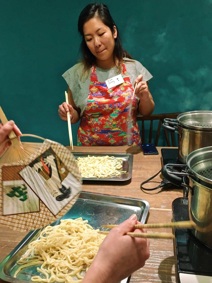 Opiskelukollega Sissy jäähdyttelee nuudeleita perinteisellä tavalla eli viuhkalla. Ensin niiden päälle on kaadettu vähän kasvisöljyä.