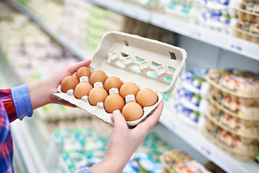 Kananmunat säilyvät parhaiten omassa rasiassaan suippo puoli alaspäin.