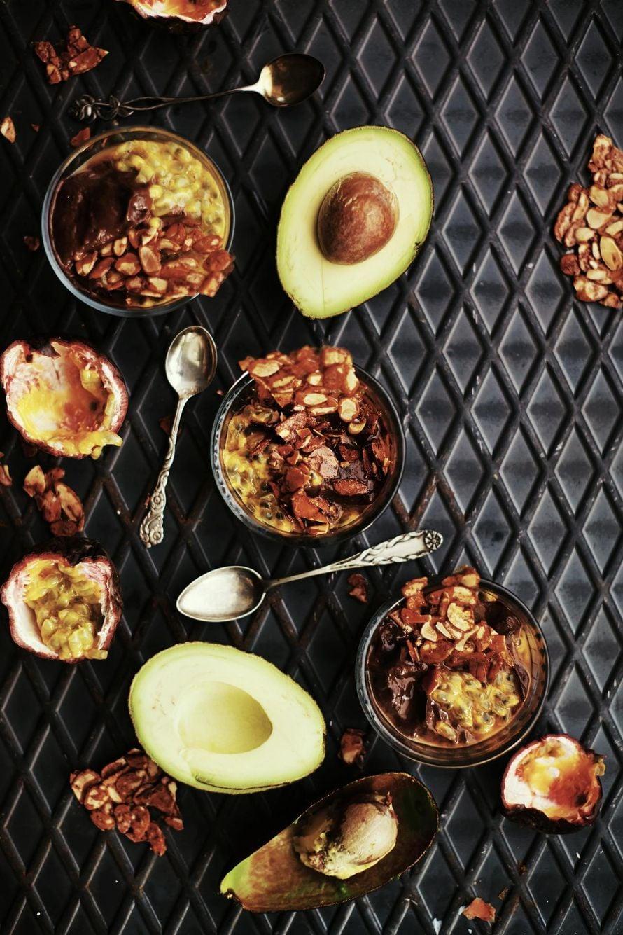 Samettinen suklaamousse ja rouskuva chili-mantelikrokantti ovat täydellinen yhdistelmä. Kuva: Panu Pälviä