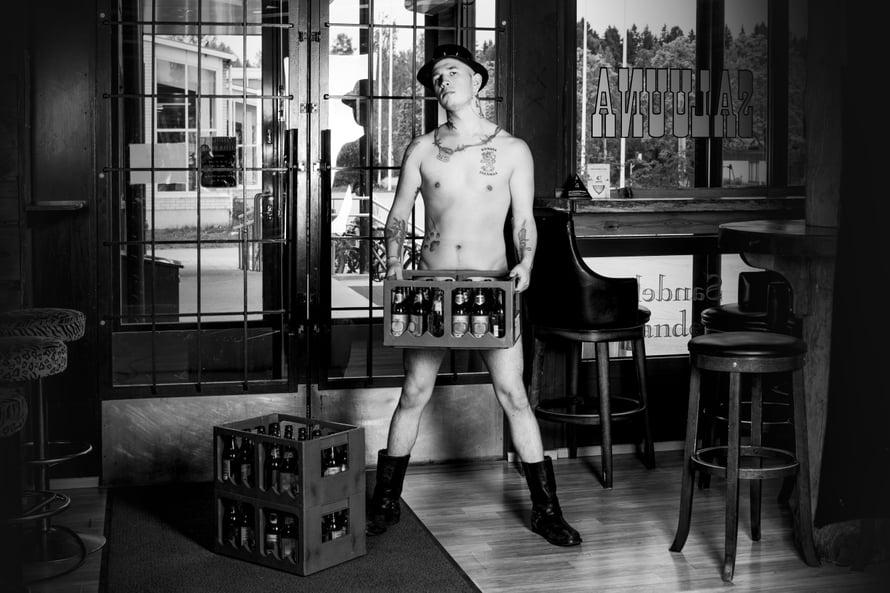 Porvoolaisen Saluuna-ravintolan asiakas Ville, Mr. Helmikuu hyväntekeväisyystempauksena kuvatussa alastonkalenterissa. Kuva: Marika Kiviharju