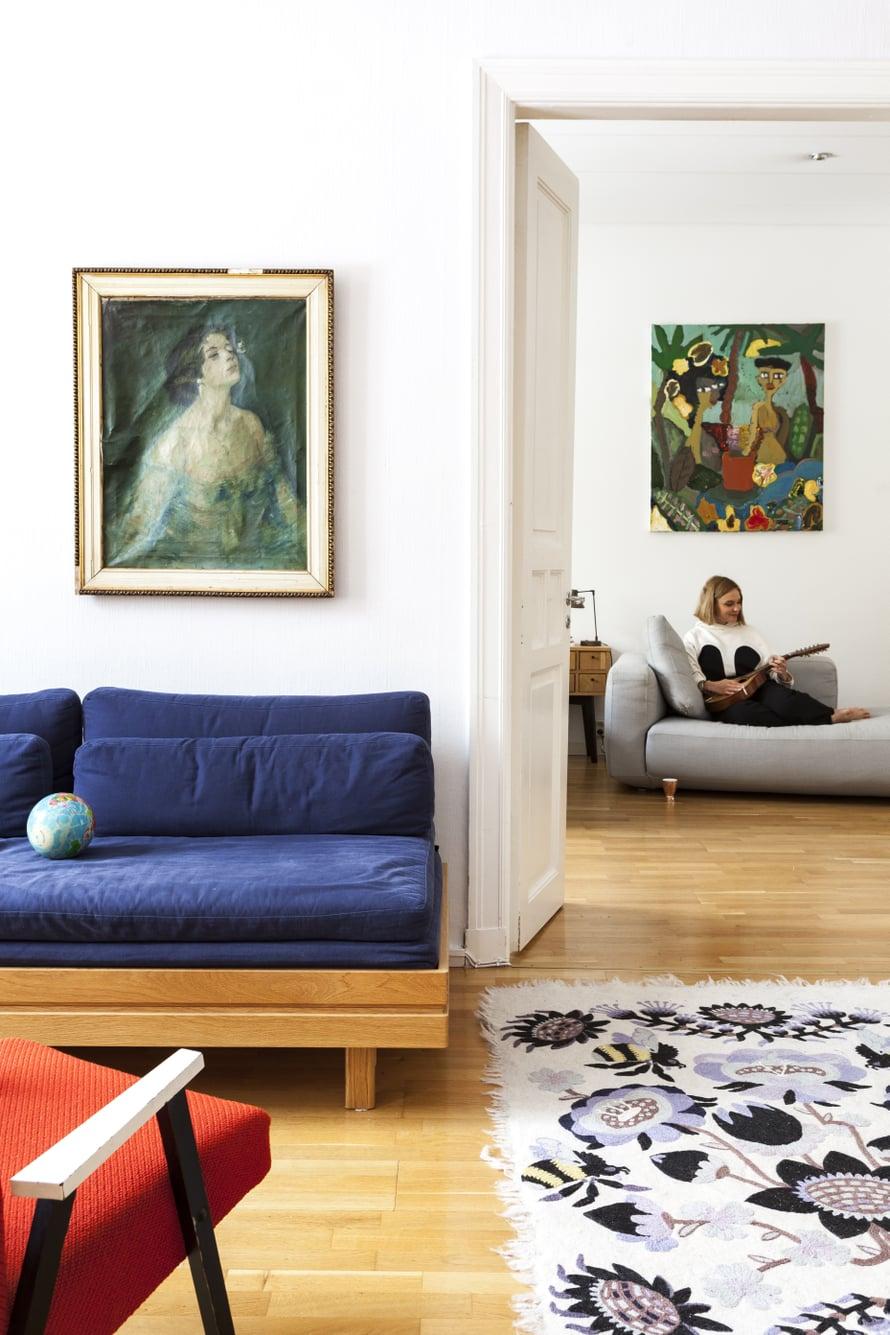 Pariovet yhdistävät olohuoneen vanhempien makuuhuoneeseen, joka toimii tällä hetkellä myös yhteisenä oleskelutilana ja Emilian työhuoneena. Juho Arvolan Paradise for Two -öljyvärityö on Emilian ja hänen miehensä häälahja.