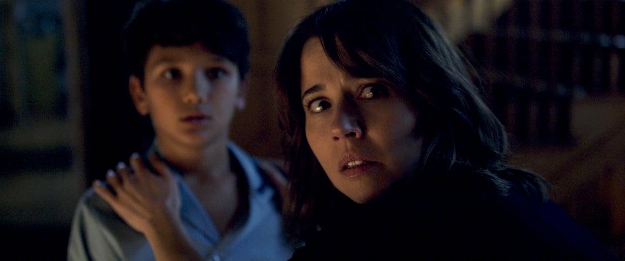 Haamu alkaa vainota yksinhuoltaja Annaa (Linda Cardellini) ja hänen kahta lastaan 1970-luvulla. Kuva: Warner Bros.