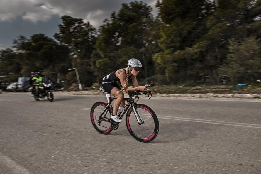 Noora osallistuu myös triahtloneihin. Uinti ja pyöräily tukevat juoksu-uraa.