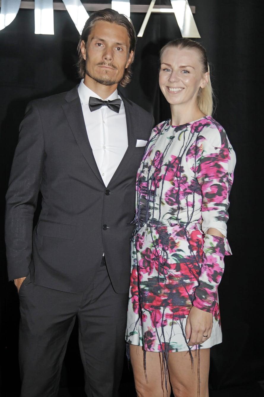 """Joonas Laurila ja Hanna Gullichsen Gloria Fashion Show'ssa. Hannan asu oli Laura Juslinin. Kuva: <span class=""""photographer"""">Jonna Öhrnberg</span>"""