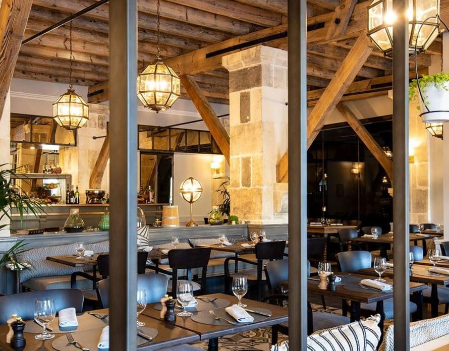 Chais Monnet hotellin La Distillerie -ravintola tarjoaa mutkatonta tunnelmaa ja ranskalaisen keittiön herkkuja.