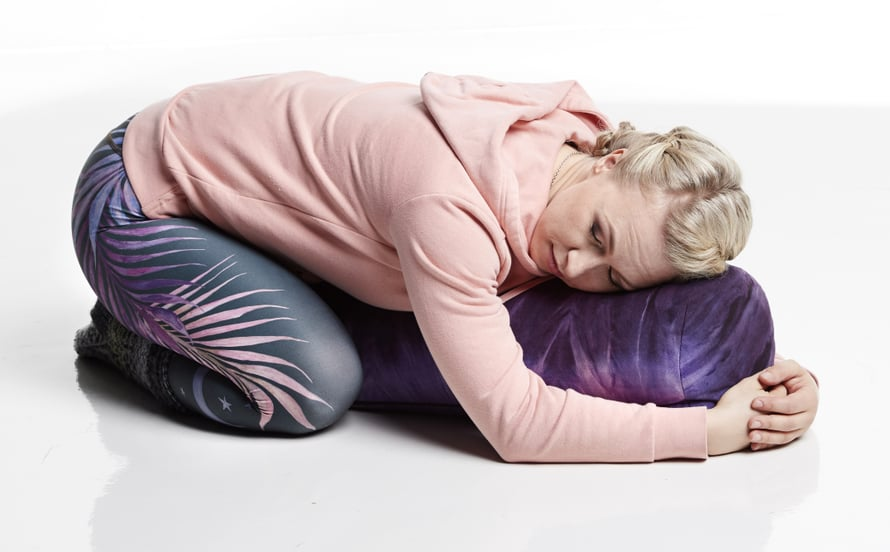 Tyynyn halaaminen lisää rauhoittavan, mielihyvää tuovan oksitosiini-hormonin eritystä, Kaisa Jaakkola kertoo. Kuvat: Juha Salminen.
