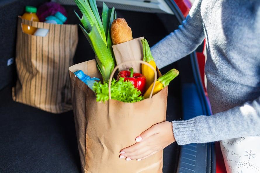 """Kotitalousasiantuntija ehdottaa kylmälaukun pakkaamista mukaan tavallisellekin kauppareissulle varsinkin kesällä. Kuva: <span class=""""photographer"""">Shutterstock</span>"""