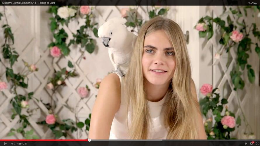 Malli ja tämän hetken it girl Cara Delevingne nähdään myös luksuslaukkumerkin mainoskasvona. Ruutukaappaus Mulberry / Youtube