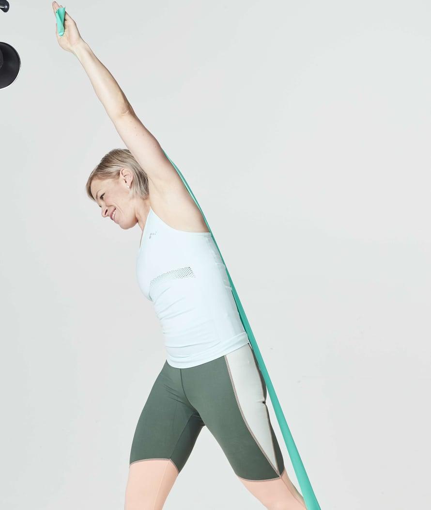 Pilates tekee kehosta jäntevän ja vahvan. Kuminauhalla saat lisää tehoa liikkeisiin.